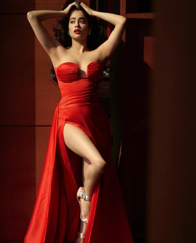 जान्हवी कपूरने फायरी रेड स्ट्रॅपलेस ड्रेसमध्ये स्लेय केले