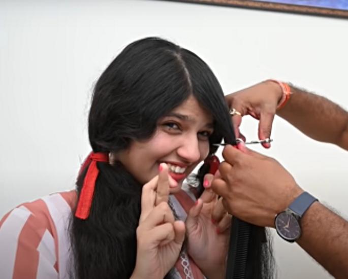 ભારતની સૌથી લાંબી હેર વર્લ્ડ રેકોર્ડ ધારક તેના વાળ કાપે છે