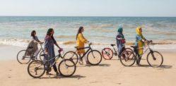 साइकिल पर महिलाओं की विशेषता पाकिस्तानी फैशन अभियान