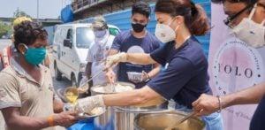 Jacqueline Fernandez serves Meals amid Covid-19 Crisis-f