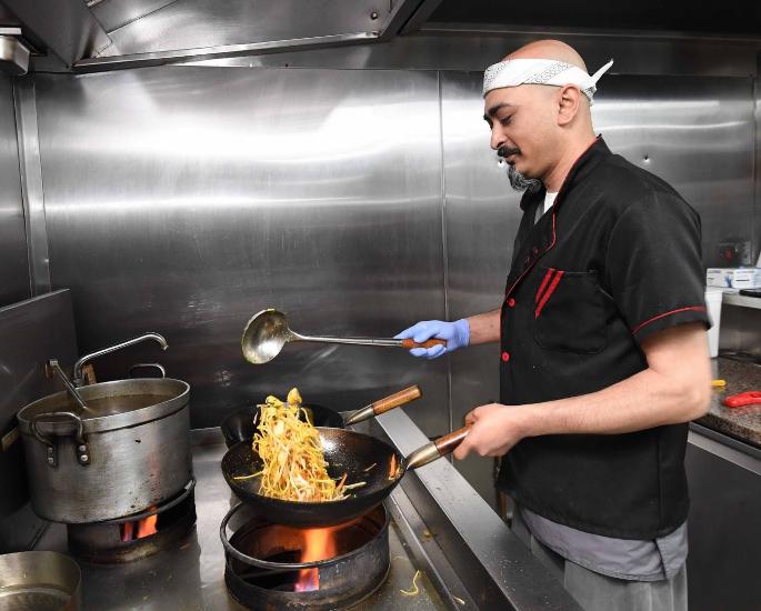 मार्शल आर्टिस्ट ने 'कराटे किड' से प्रेरित नूडल बार लॉन्च किया