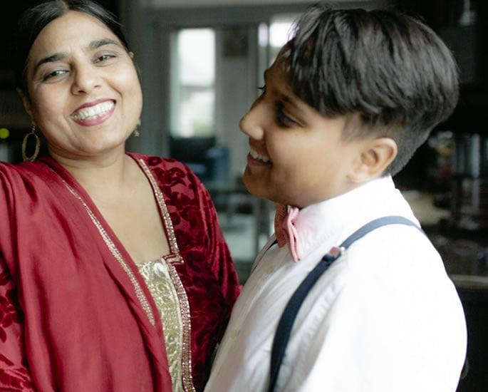 दक्षिण आशियाई माता अजूनही मम्मी मुले वाढवत आहेत - श्रेष्ठ
