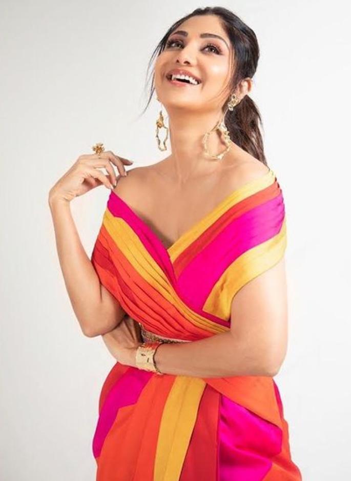 શિલ્પા શેટ્ટી મલ્ટી-કલર્ડ સાડીમાં ચમકતી છે - રંગો