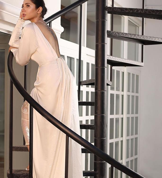 बैकलेस ड्रेस 2 के लिए माहिरा खान को मिला फ्लैक