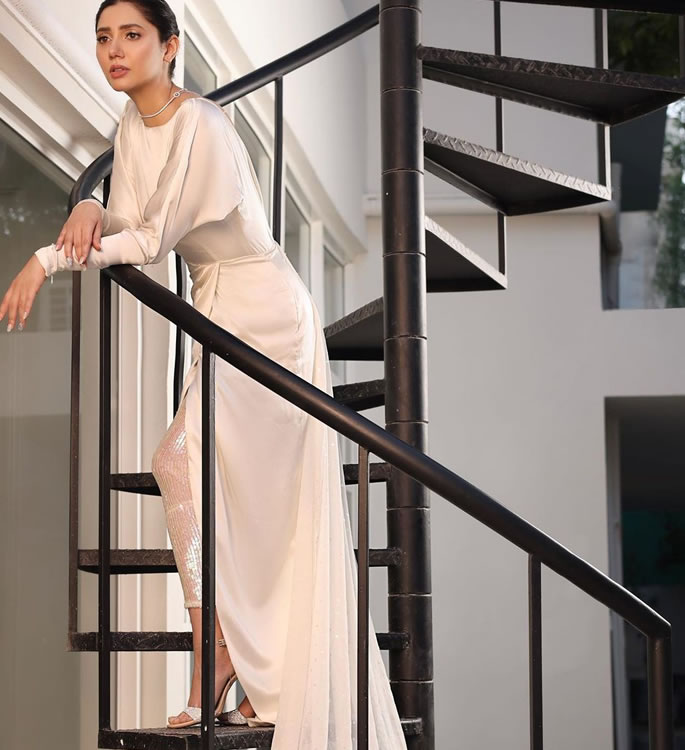 बैकलेस ड्रेस के लिए माहिरा खान को मिला फ्लैक