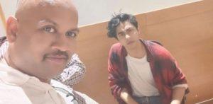 वायरल आर्यन खान सेल्फी में मिस्ट्री मैन कौन है f